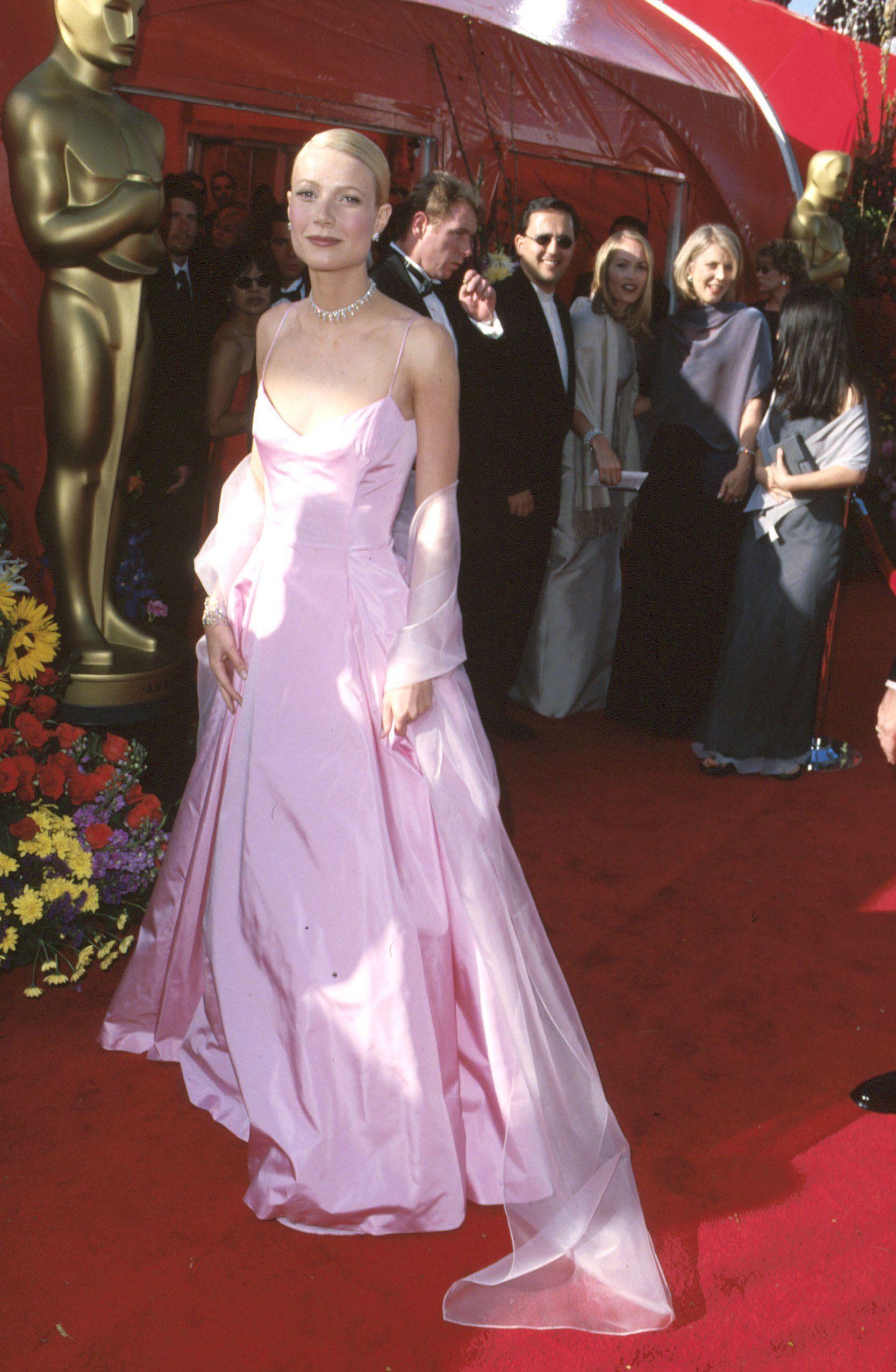 The Best Red Carpet Moments Of The 90s Elizabeth Hurley Gwyneth Paltrow And Madonna Academy Award Dress Oscar Fashion Gwyneth Paltrow