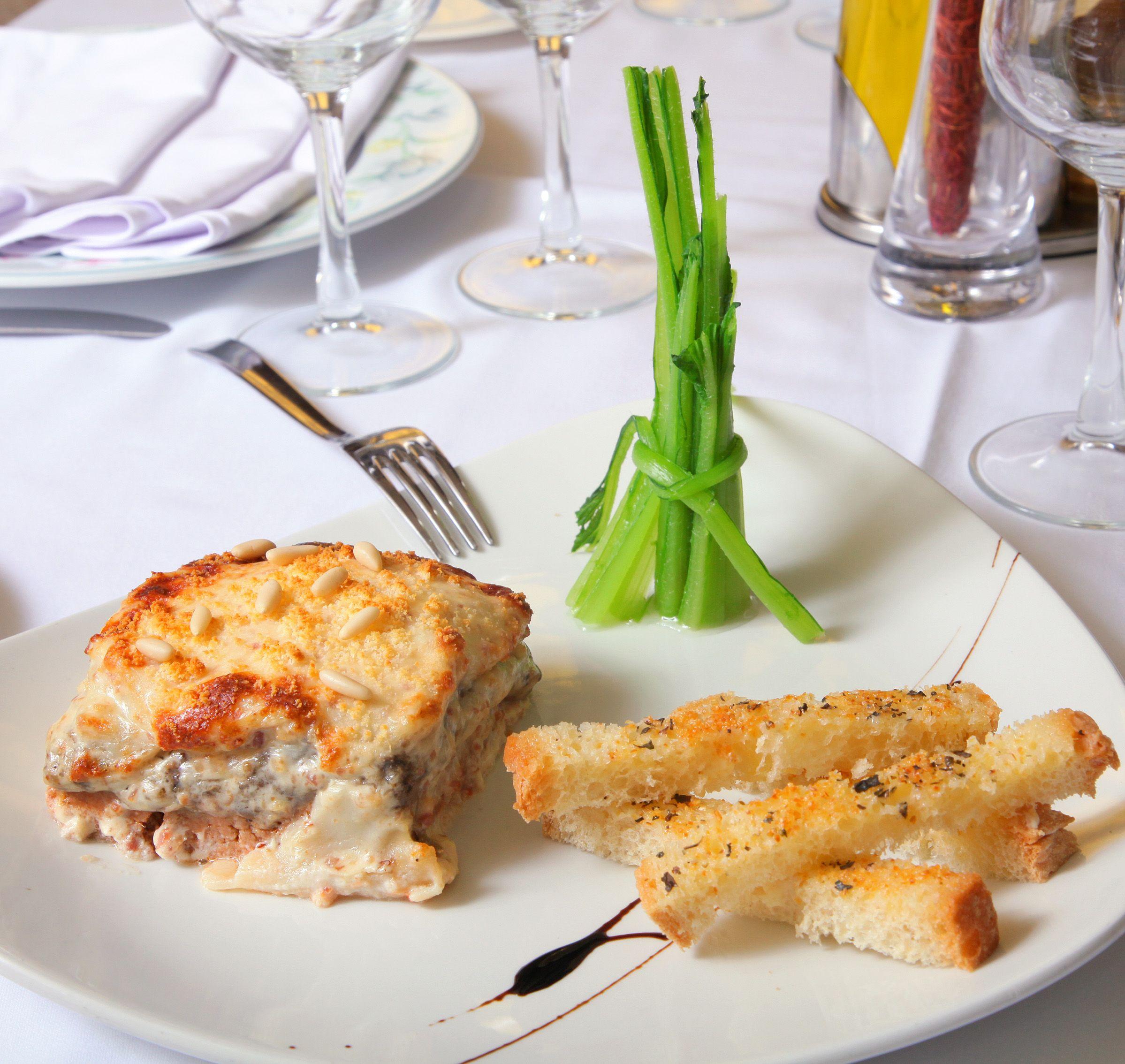 Restaurante Velagua:  Lasaña de ternasco, borrajitas de Aragón y pan de ajo