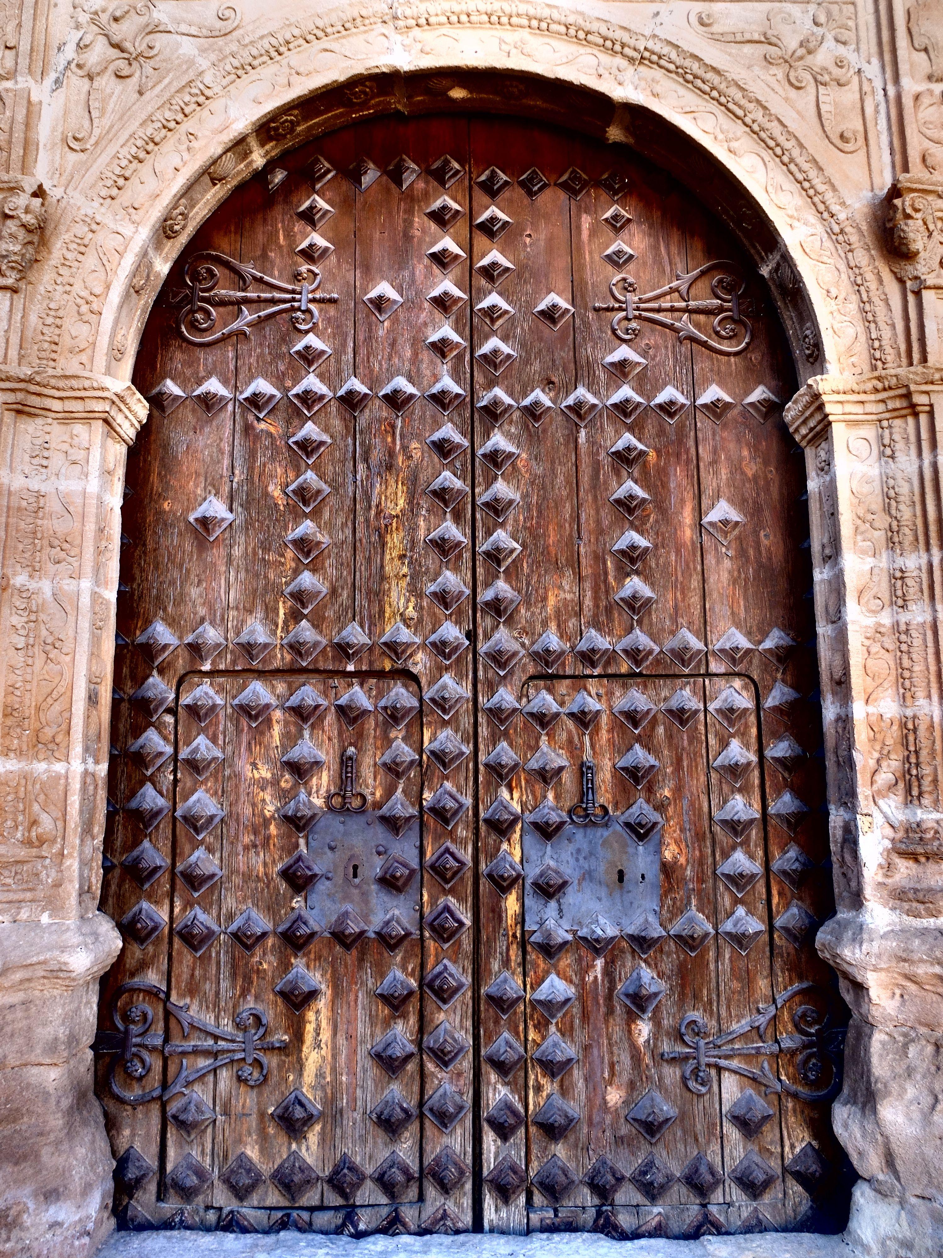 Iglesia. Puerta del sur