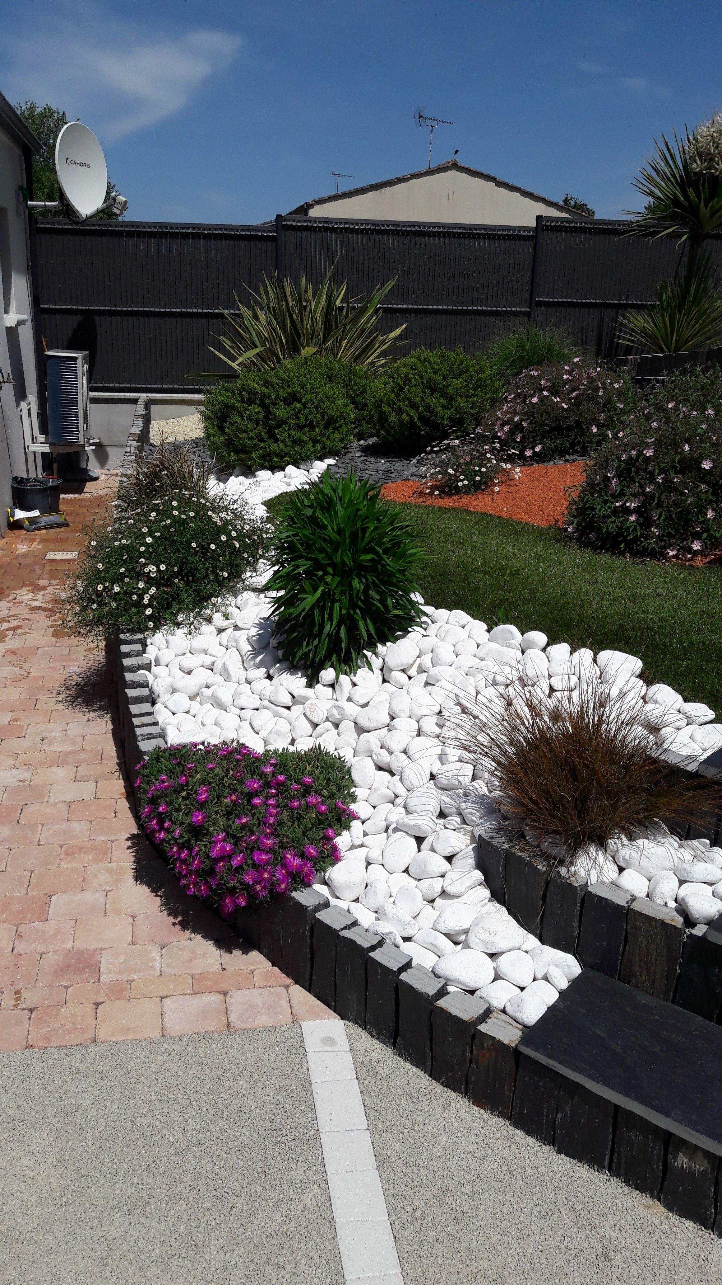 Piquet En Ardoise Bois Jardin un jardin bordé de végétation et de différents agrégats en