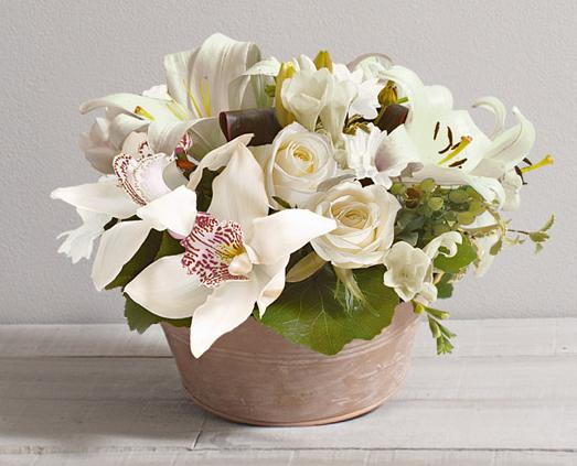 id e de fleurs pour mariage ambre blanc composition ronde et lumineuse de lys et orchid es en. Black Bedroom Furniture Sets. Home Design Ideas