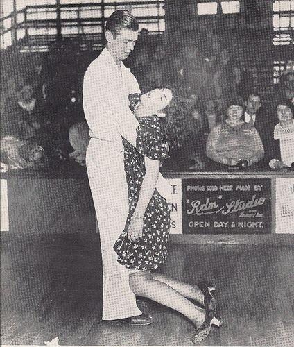 1920 La pareja arriba son los concursantes en una danza maratón, una de las muchas modas del público acometió durante la década de 1920.