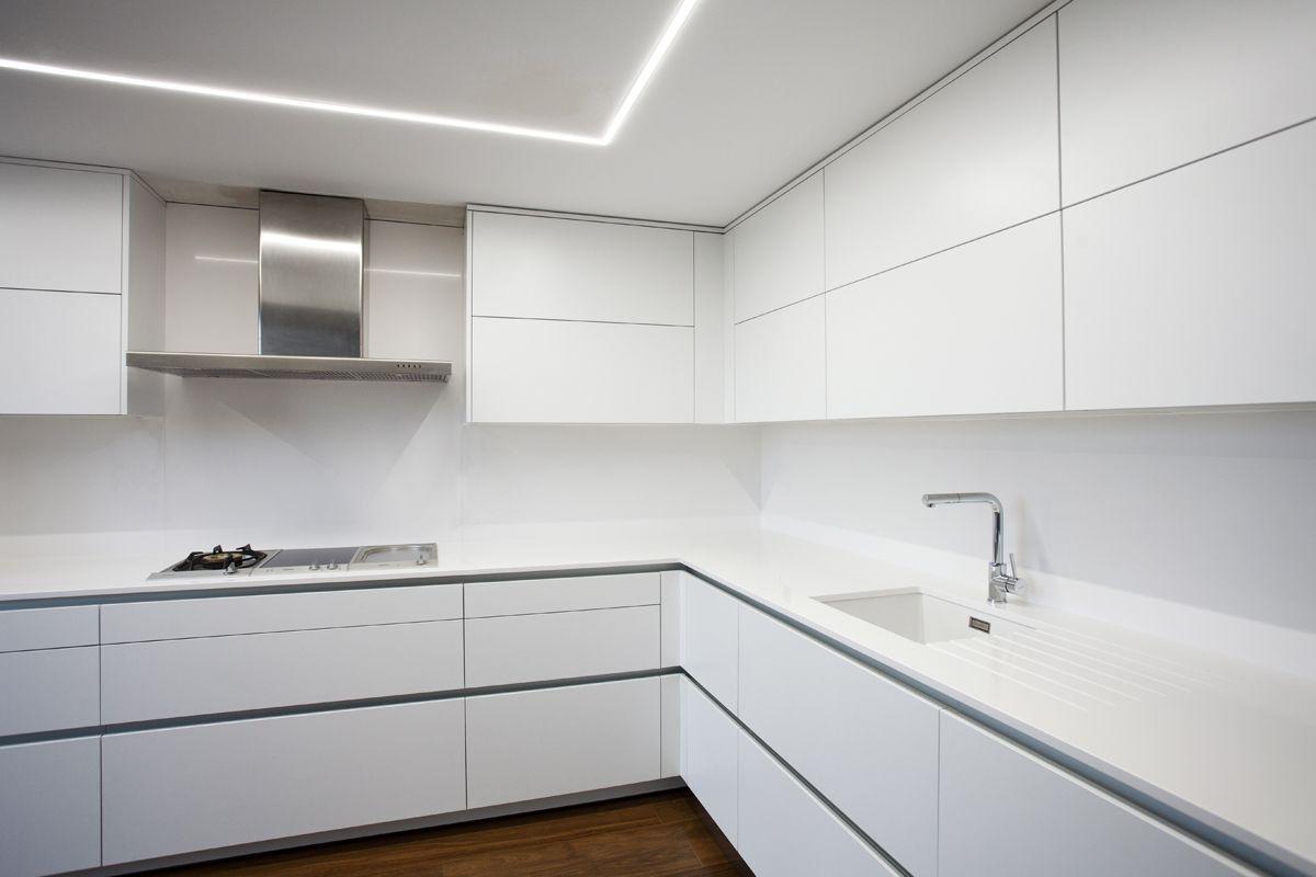 Amplia cocina en sencillas lineas blancas para potenciar for Microcemento paredes cocina