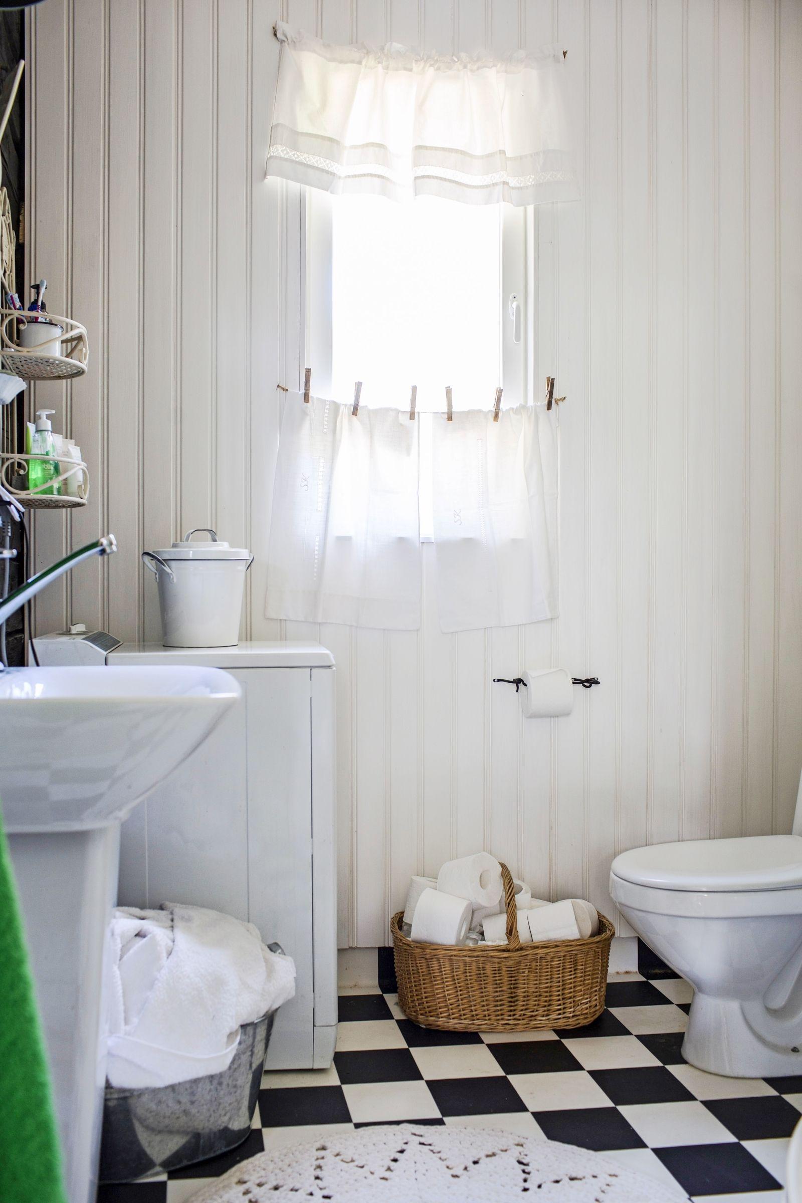 Vanhan hirsitalon ruutulattiainen vessa. Toilet in an old log villa ...