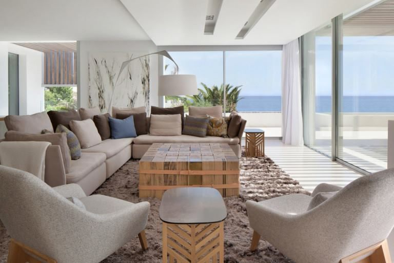 Ocean View Cottage Living Room Interior Design with Modern - villa wohnzimmer modern