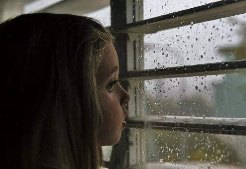 Картинки дождь за окном и девушка, днем