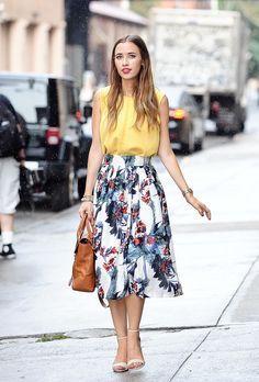 Saia Midi Floral: combinação com camiseta e sandália tornozeleira