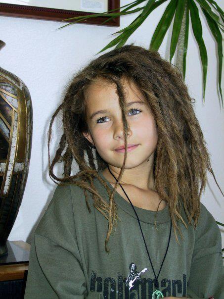Coiffures de beaux enfants sur les cheveux de longues tresses