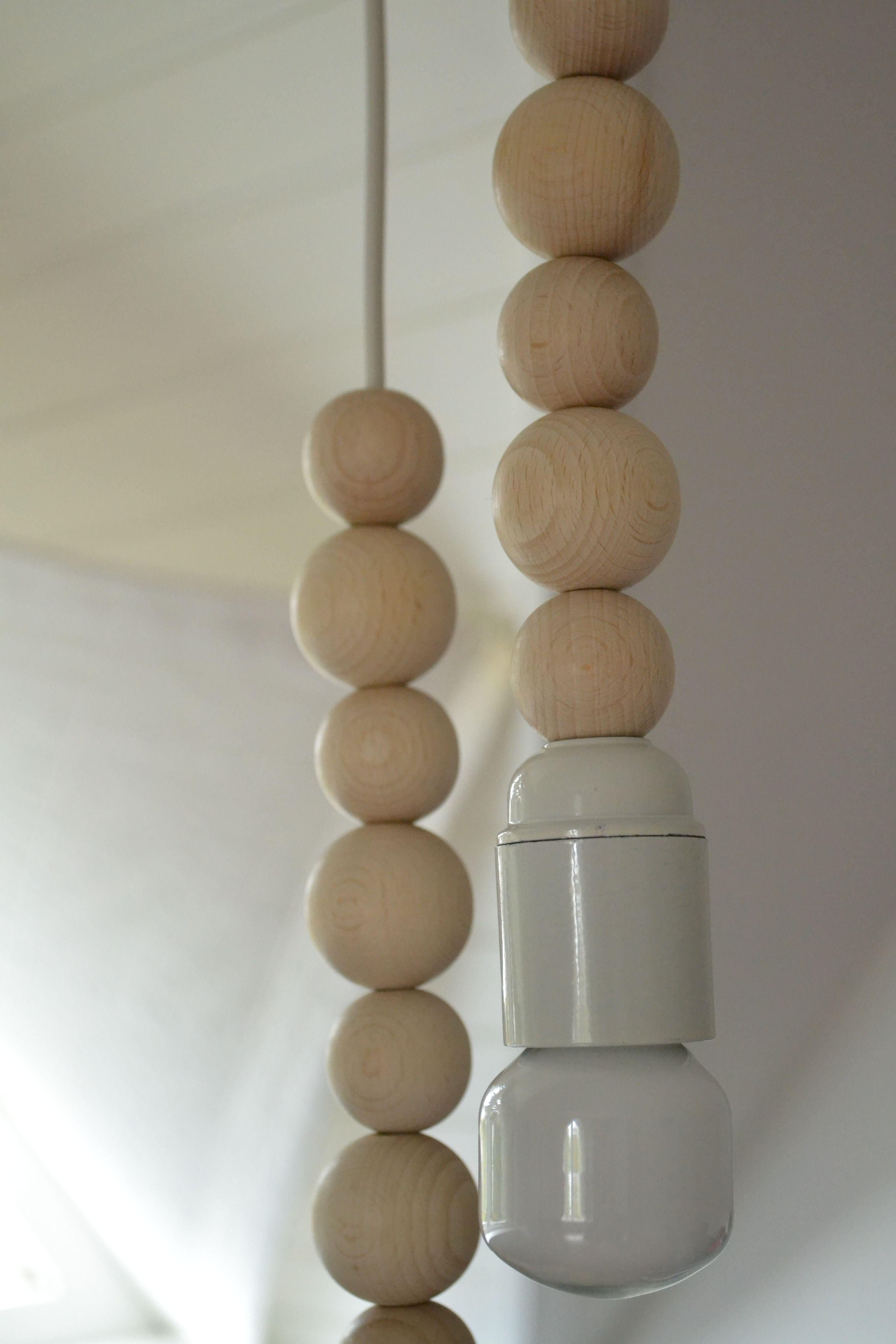 Handgemaakte lamp voorzien van zeven houten kralen - www.teleukhout.nl