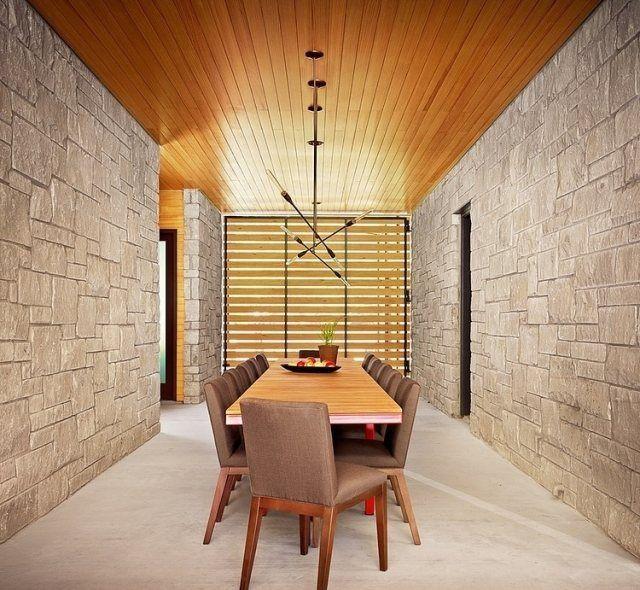 esszimmer modern steinwandverkleidung holzdecke metall h ngeleuchte sam pinterest. Black Bedroom Furniture Sets. Home Design Ideas