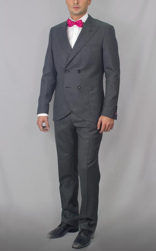 Traje para caballero con americana entallada cruzada en cuatro botones y solapa de pico. Tejido de alta calidad de lana 100% en tono gris oscuro. #moda #hombre #caballero #gentlemen #diseño #bespoke #coleccion #trajes #sastrería #granada #madeinspain #artesanal #hechoamano #handmade #chaquetas www.lacolonial.eu