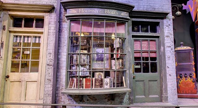 Flourish And Blotts Jpg 640 350 Harry Potter Diagon Alley Diagon Alley Alley