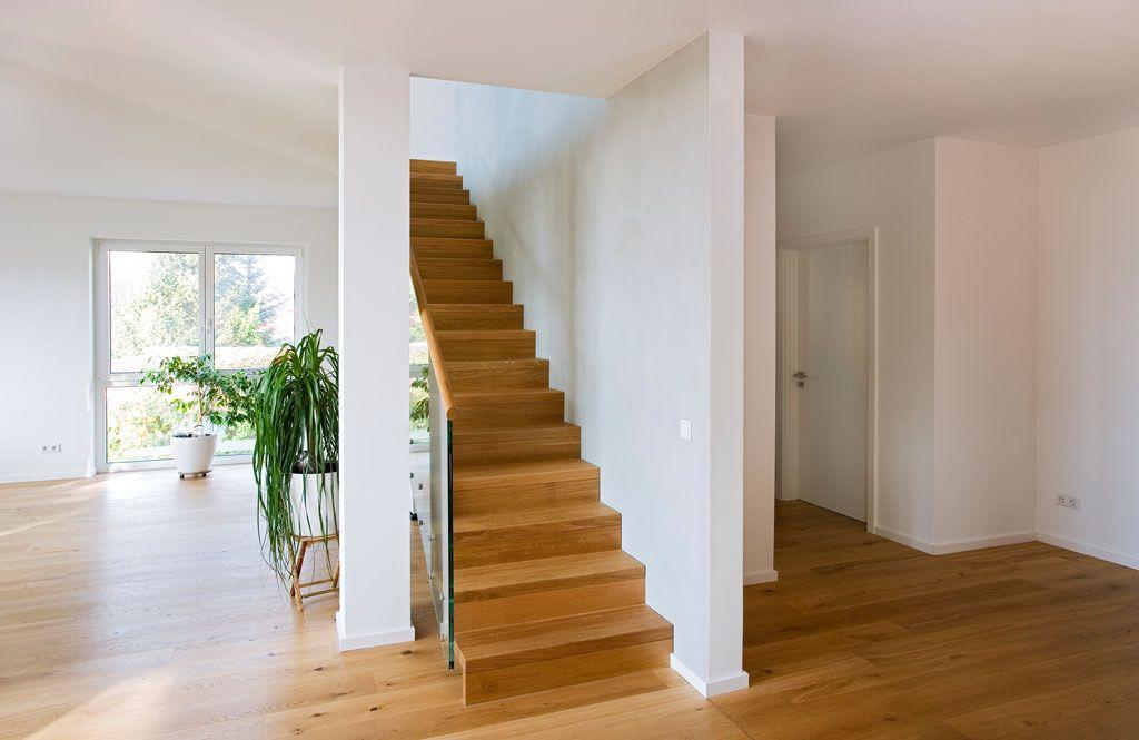 Holztreppe Modern mit Glasgeländer und Handlauf in Eiche massiv - holz treppe design atmos studio