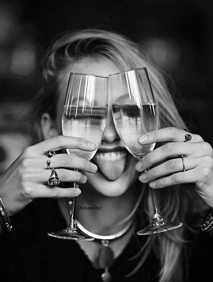 Открытки днем, прикольные картинки женщина пьет вино