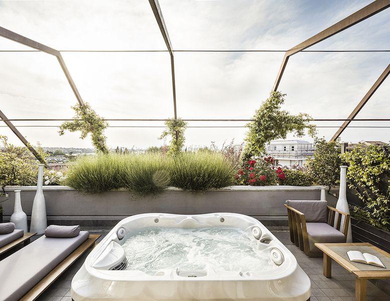 Suite Con Terrazzo Vista Lago Di Garda Hotel Di Lusso Peschiera Del Garda Spa Jacuzzi Jacuzzi Et Baignoire Balneo