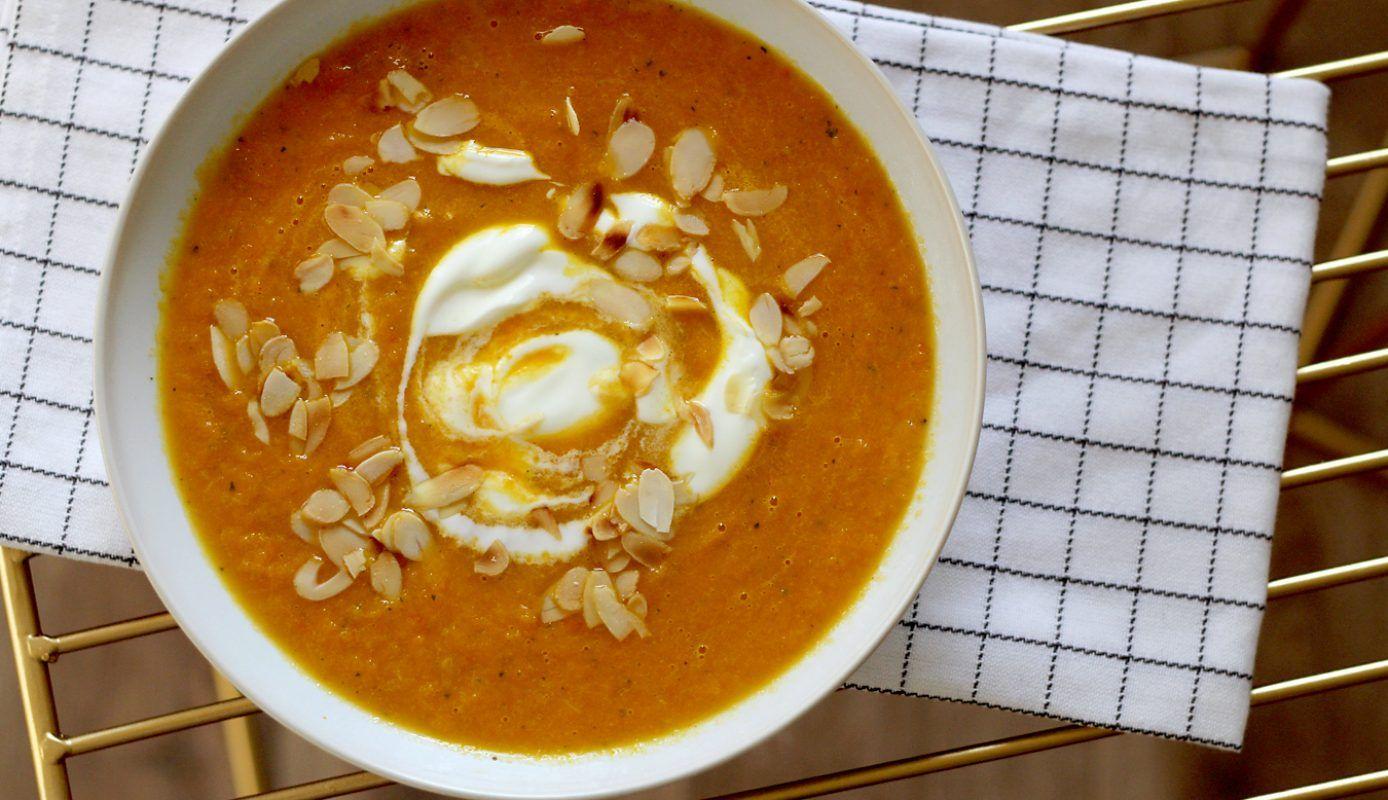 Een heerlijk recept uit Culy's keuken:pompoensoep met wortel en kokosmelk. Supersnel te maken en ontzettend lekker.  Schil de pompoen en snijd het vruchtvl...