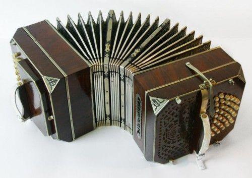 O bandoneon é um tipo de sanfona, tocado com o instrumento entre as mãos e empurrando ou puxando para fora, enquanto pressiona as teclas com os dedos