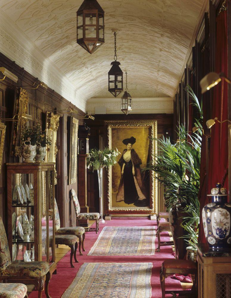 At the end of the corridor sits a portrait of mrs greville - Deko eingangsbereich auayen ...