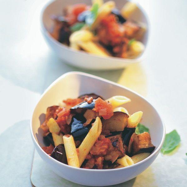 Sizilianische Pasta: die Insulaner lieben Nudeln mit Auberginen, Mozzarella und viel Knoblauch.