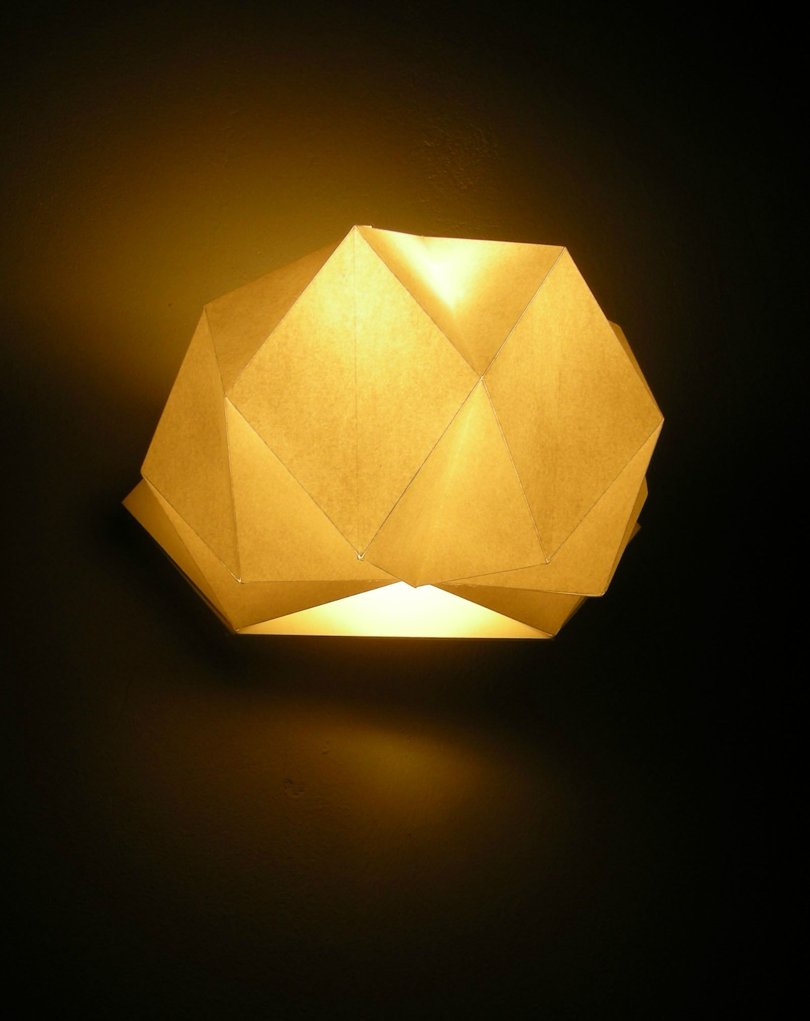 une applique avec du papier blanc pli luminaires pinterest luminaire applique murale. Black Bedroom Furniture Sets. Home Design Ideas