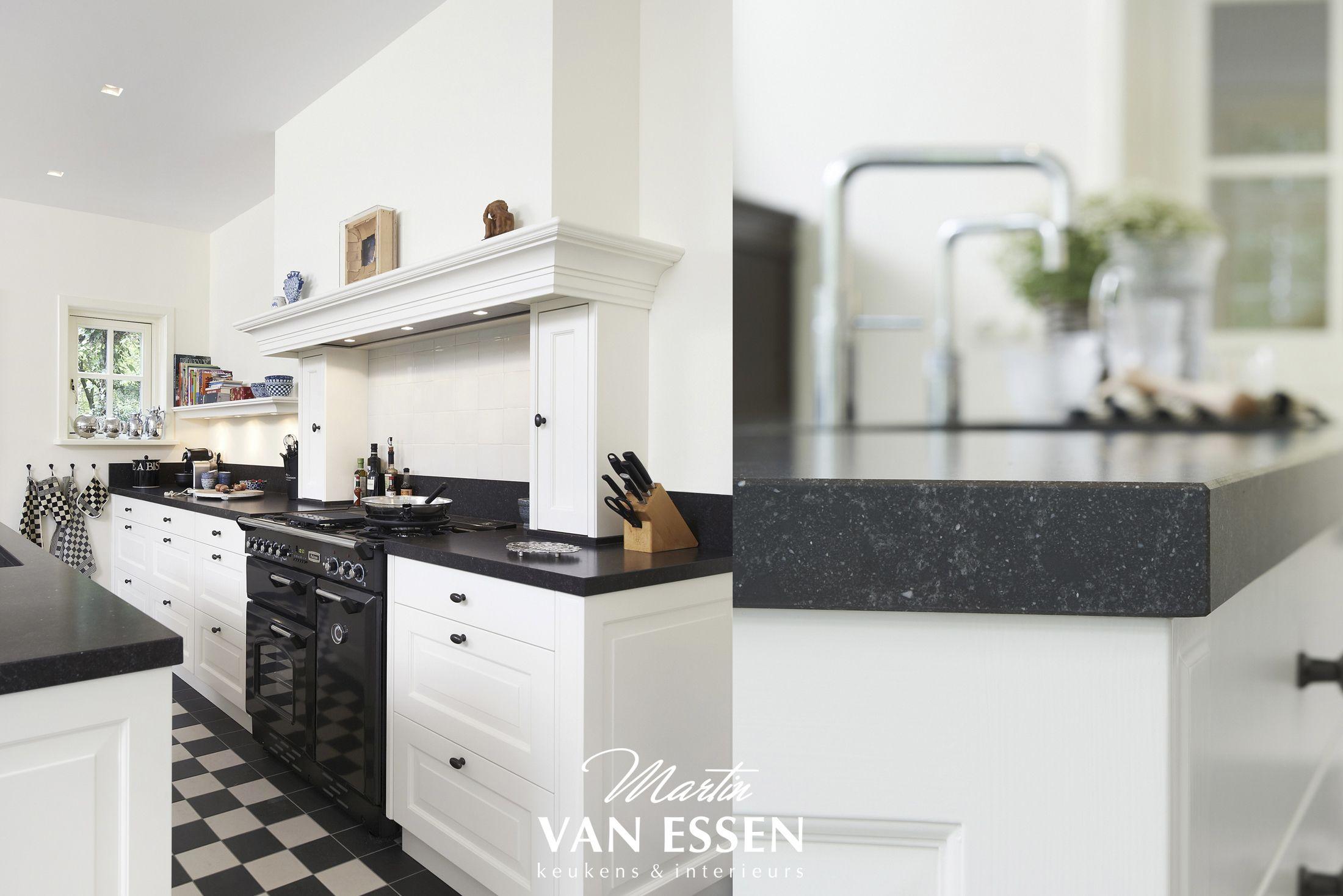 Prachtige landelijke keuken tijdloos met unieke oven de kleuren