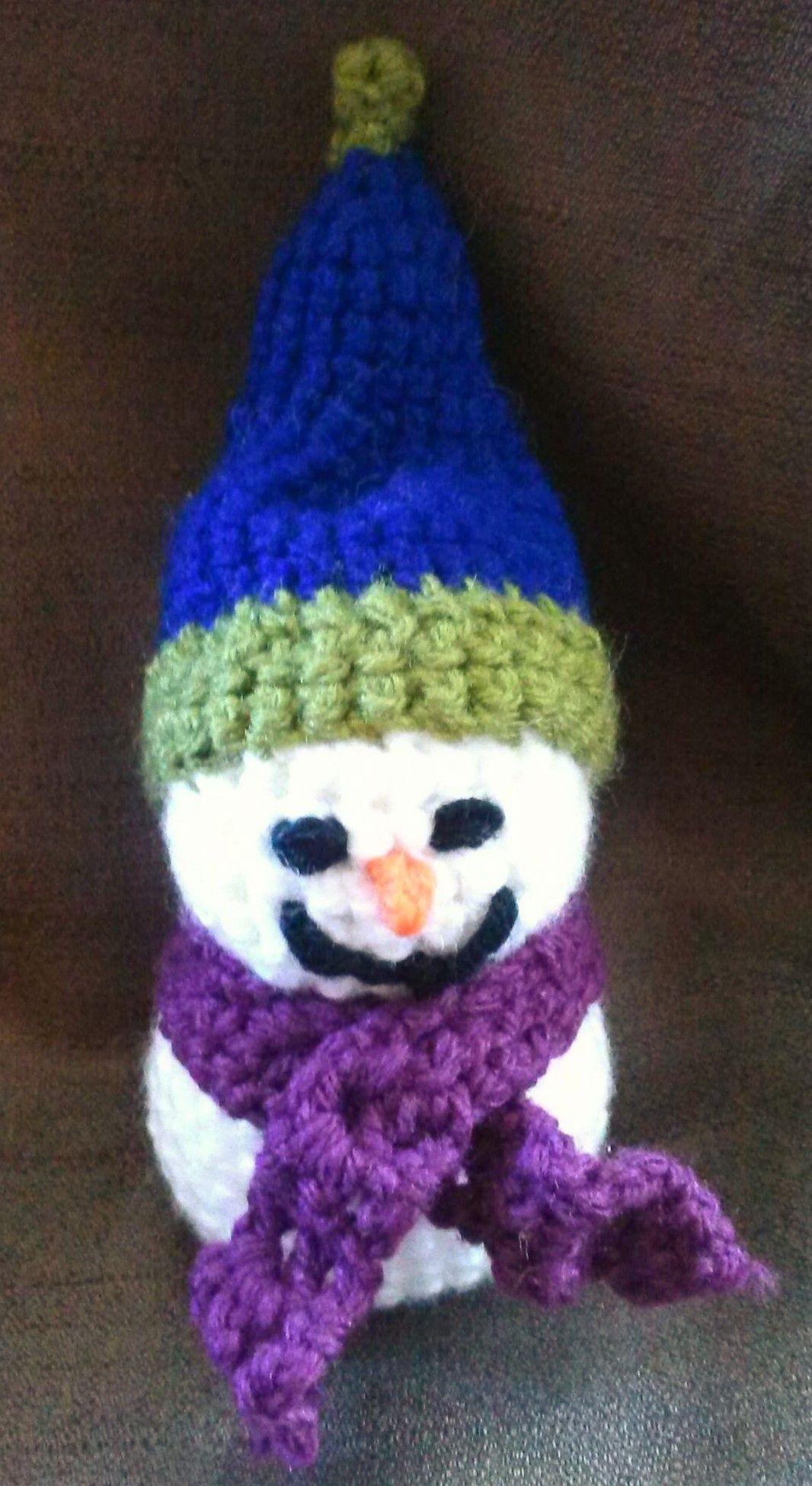boneco de neve em crochê amigurumi.