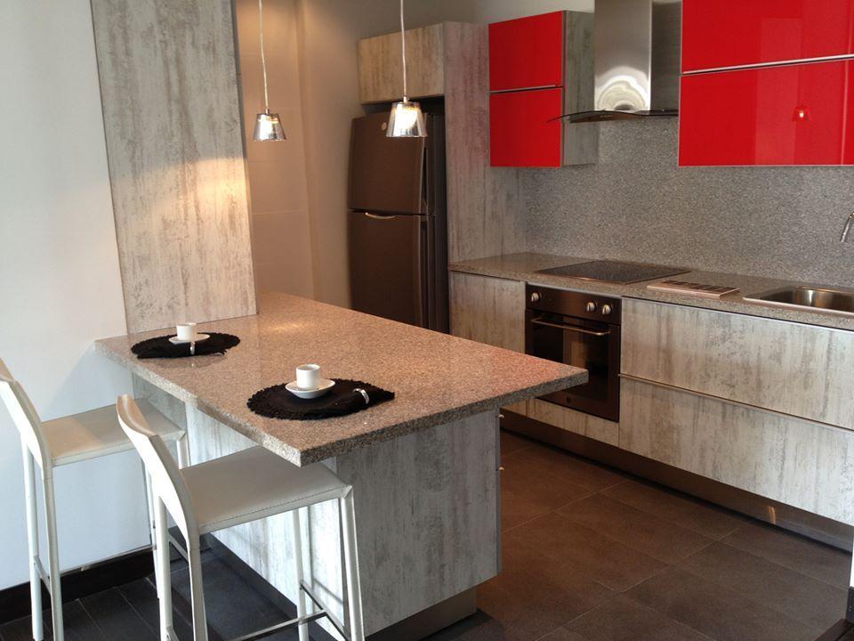 Formica en estructura de cocina y duragloss rojo burdeos - Muebles cocina formica ...