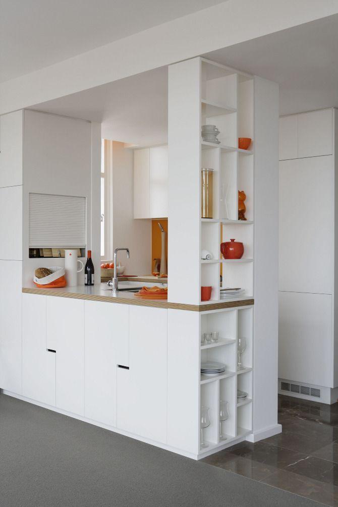 Los estantes laterales para colocar utensilios o decoración ...