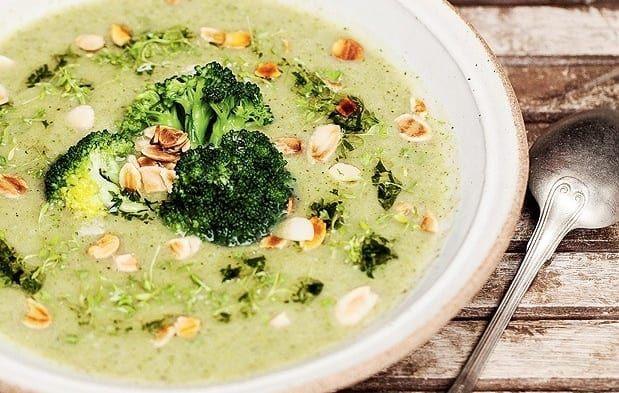 A parte mais trabalhosa é preparar o caldo de legumes caseiro. Mas de resto, é fácil, fácil. Olha só. Depois é só finalizar o prato com floretes de brócolis e amendoim tostado.
