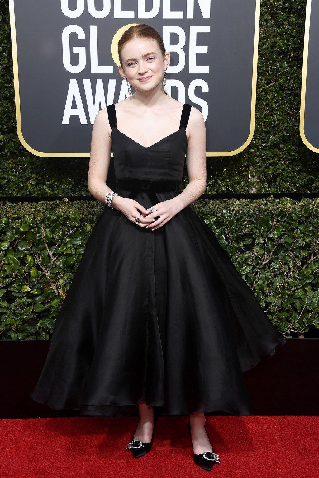 Sadie Sink, de vestido preto Miu Miu, com alças #timesup