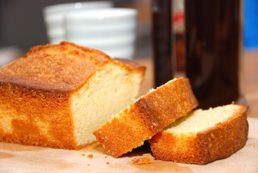 Sandkage med reven citronskal er en nem kage, der smager virkelig godt. Sandkagen røres med smør, og tilsættes skal fra en økologisk citron.