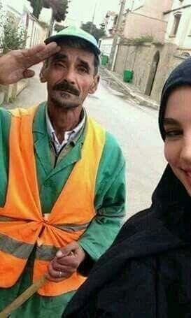 شابة تصور سيلفي مع والدها عامل النظافة لتنشرها على حسابها الشخصي لتقول كم هي فخورة به الحب والثقة والوفاء في صورة واح Pakistani Girl Womens March Girl
