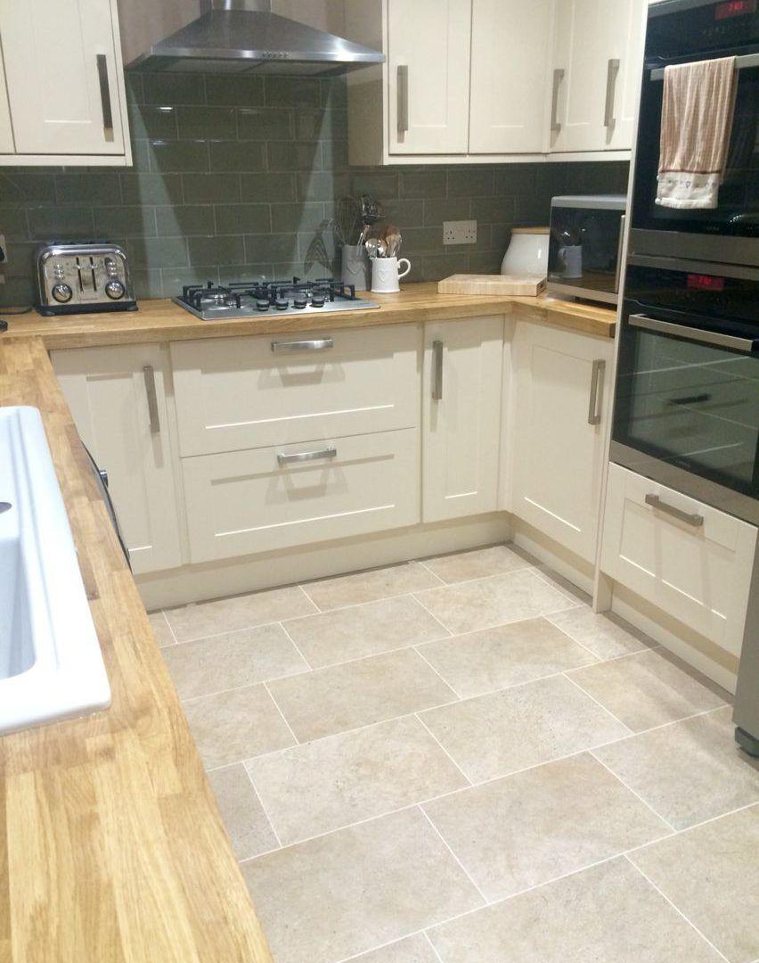 Beeindruckende Kleine Weisse Kuche Holz Arbeitsplatte Eine Gute Kuche Layout Wird Ihnen Erlauben Trendy Kitchen Tile Kitchen Floor Tile Kitchen Inspirations