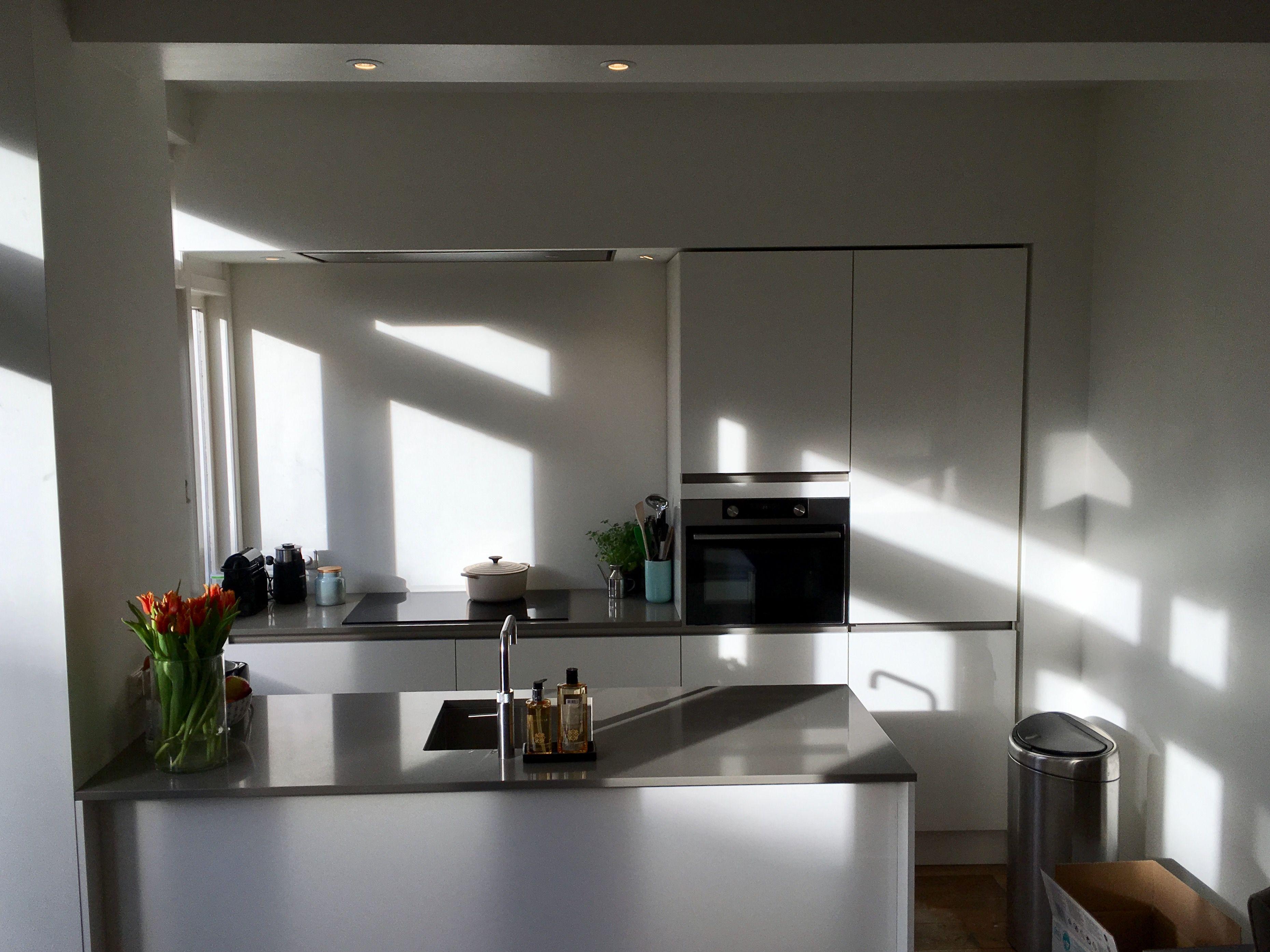 Moderne open keuken met schiereiland in jaren '30 woning