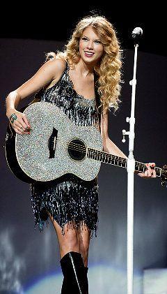 Fearless tour <3 Love the guitar.