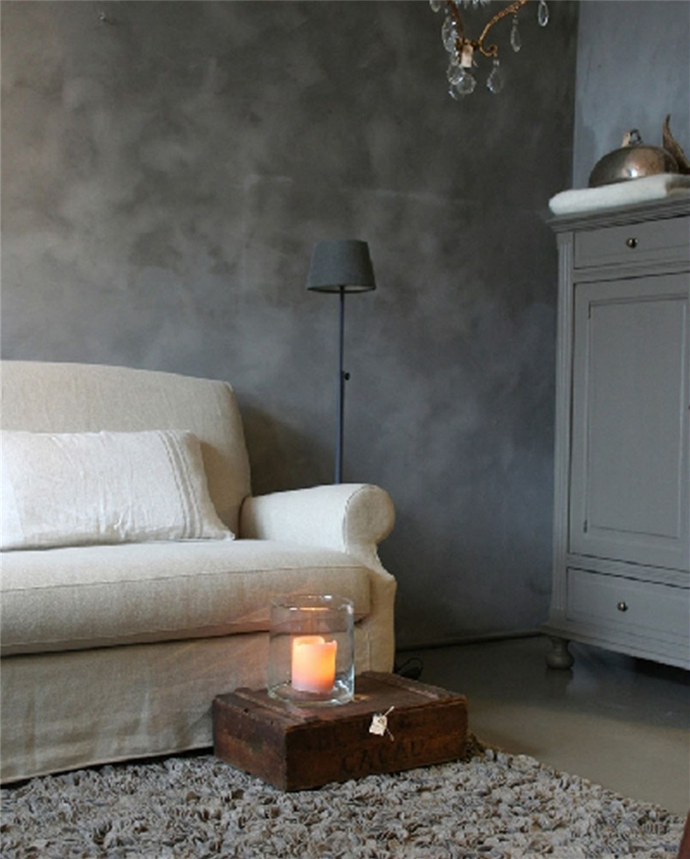 Slik maler du betonglook med trendy kalkmaling - Betonwand wohnzimmer ...