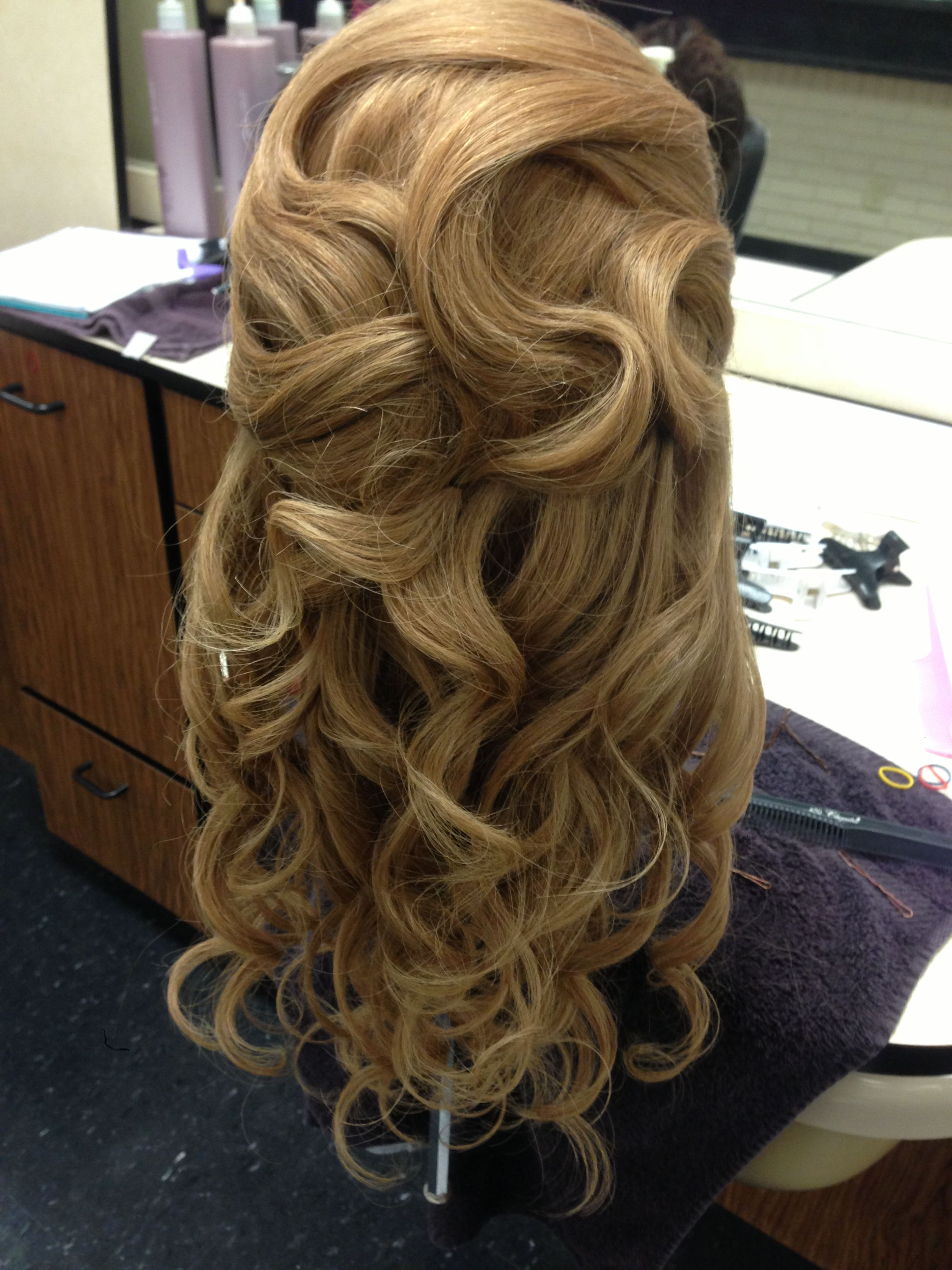 A pretty way to wear your hair down and curly down