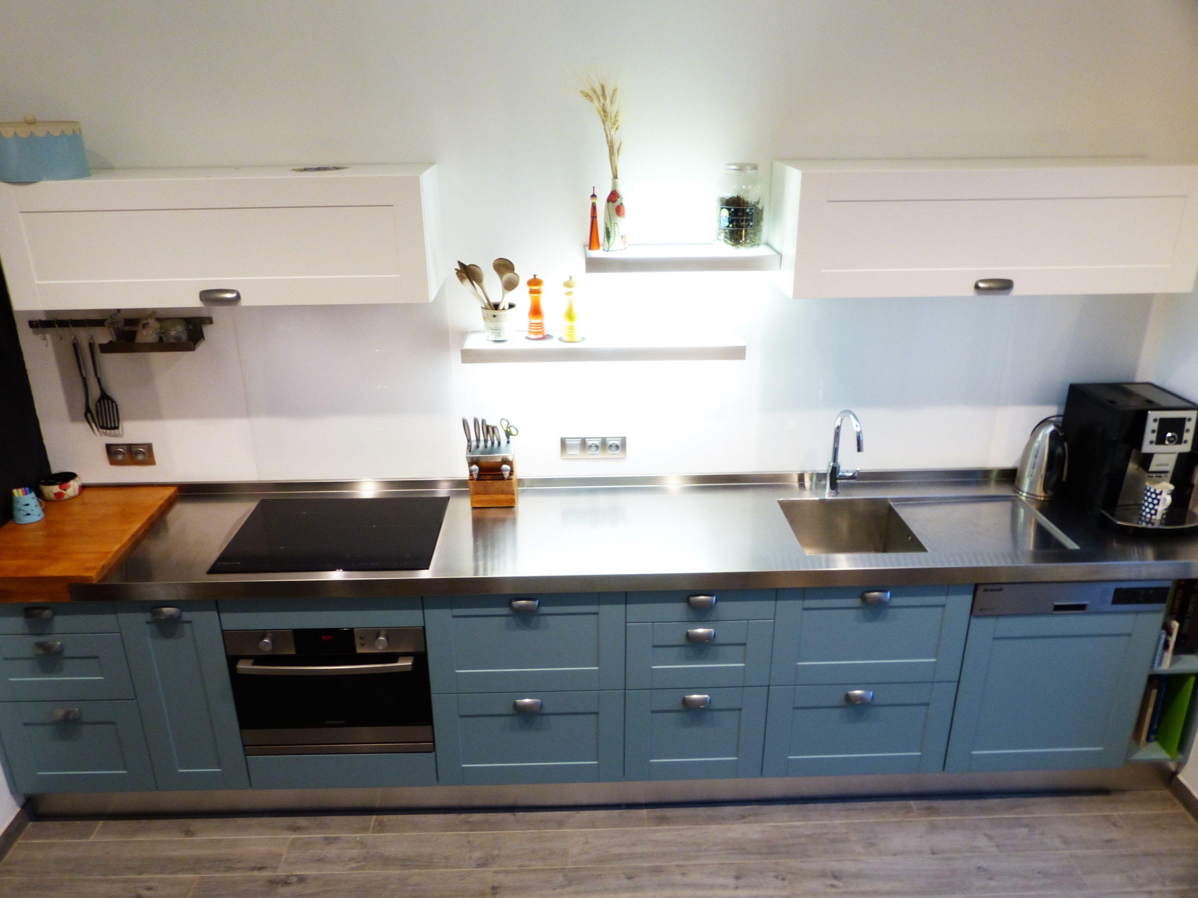 Cuisine bleue, plans en inox et bois, sol imitation bois avec ...