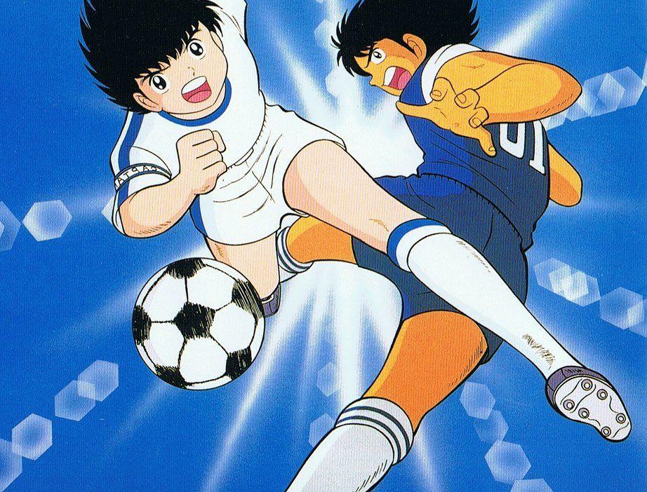 Oliver y Marc jugando fútbol. Soccer. Fondo azul.