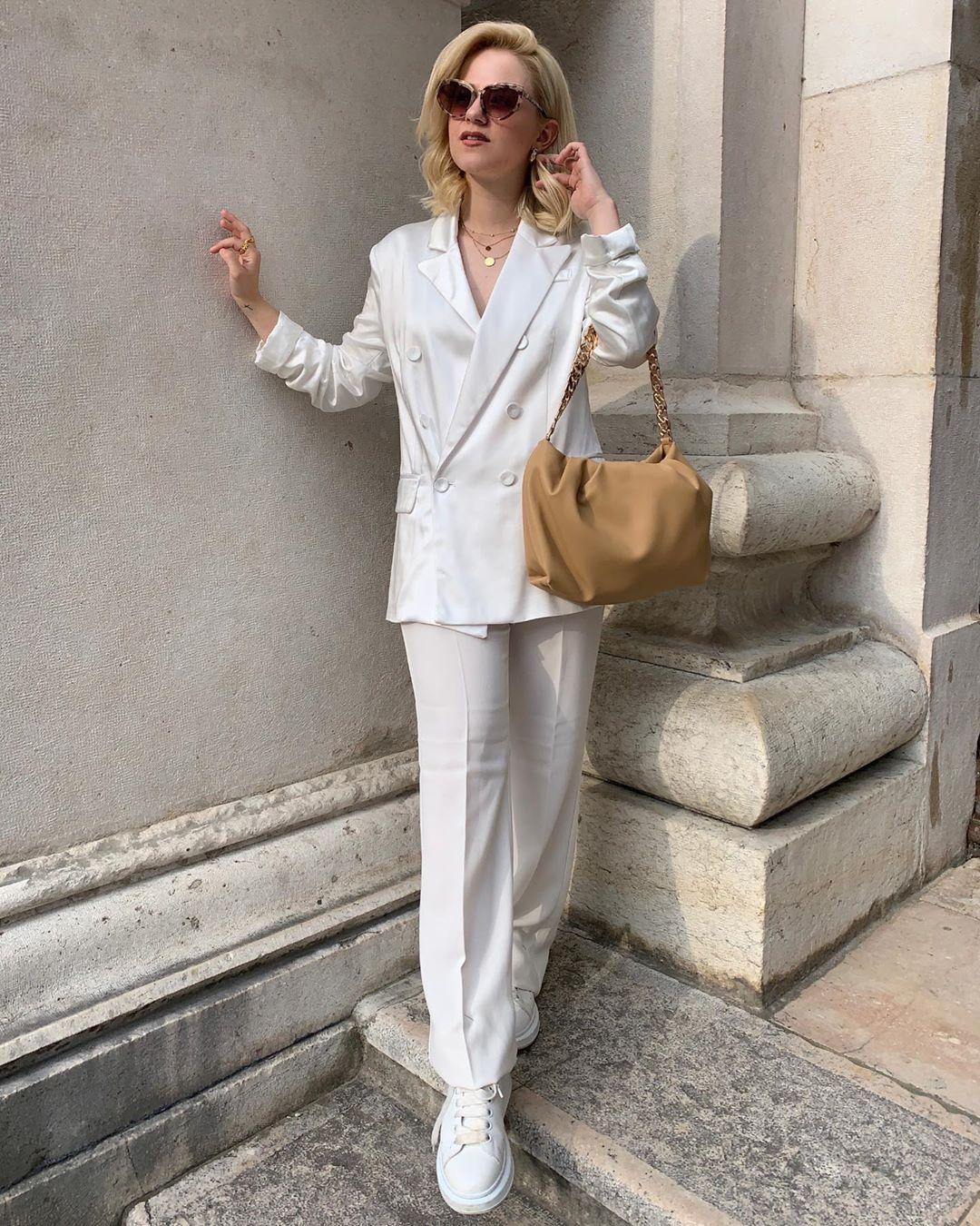 Angel • • #allwhite#whitefashion#outfitgram#ootdmagazine#americanstyle#paris#parisianstyle#parisfrance#lesparisiennesdumonde#laparisienne#aestheticstyle#vintage#vintagestyle#mango#mangofashion#alexandermcqueensneakers#bershkacollection#nyc#howtobeparisian#