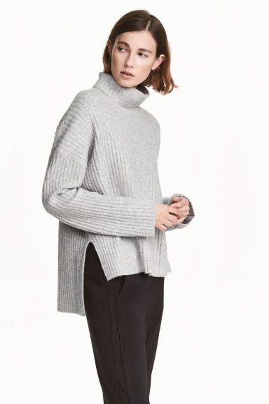 Jersey de corte amplio  Jersey de corte amplio en punto de canalé suave con  lana en la trama. Modelo con cuello alto cc187d688e5e