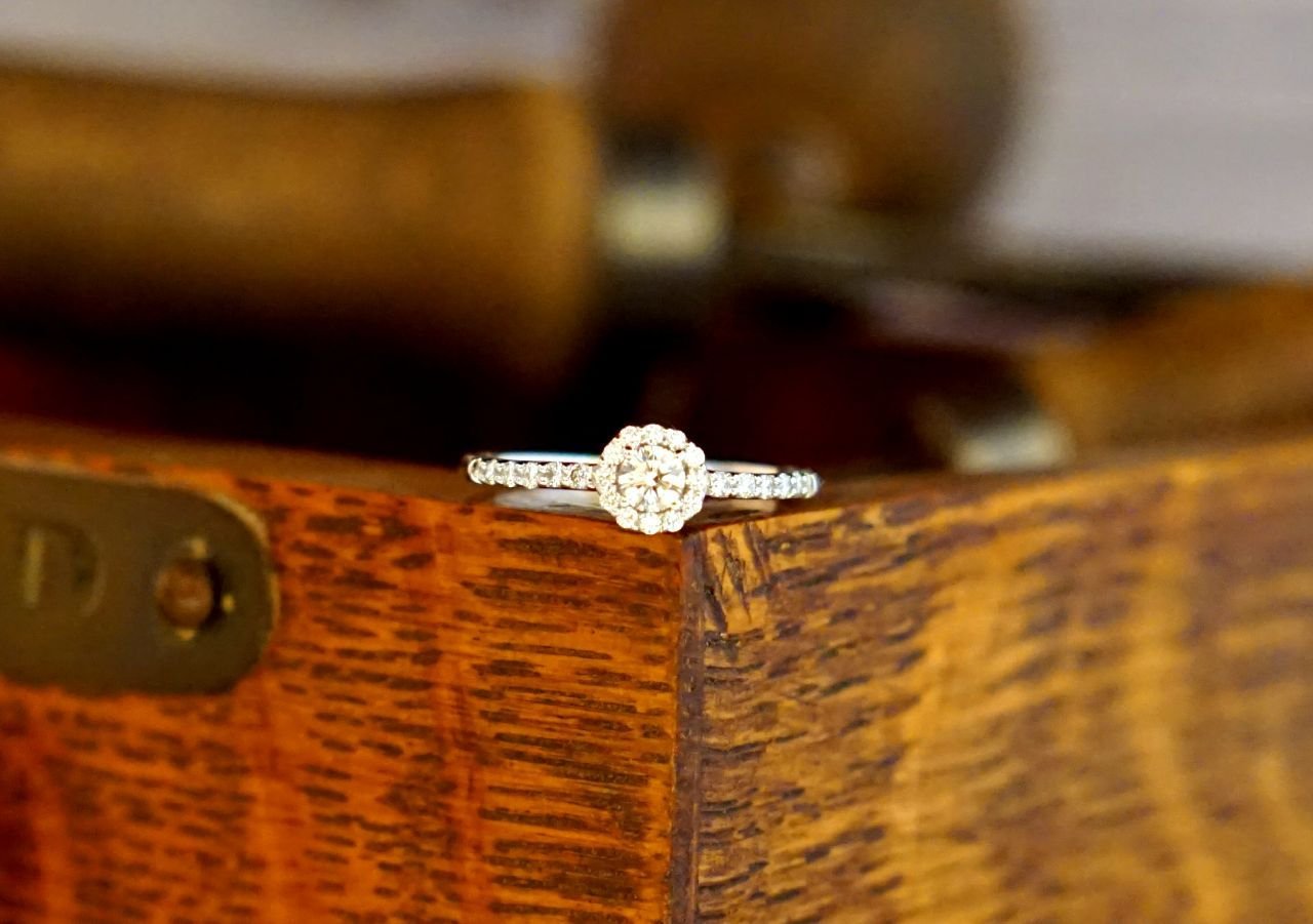 Toller Verlobungsring In Halo Optik Kleine Diamanten Entfalten