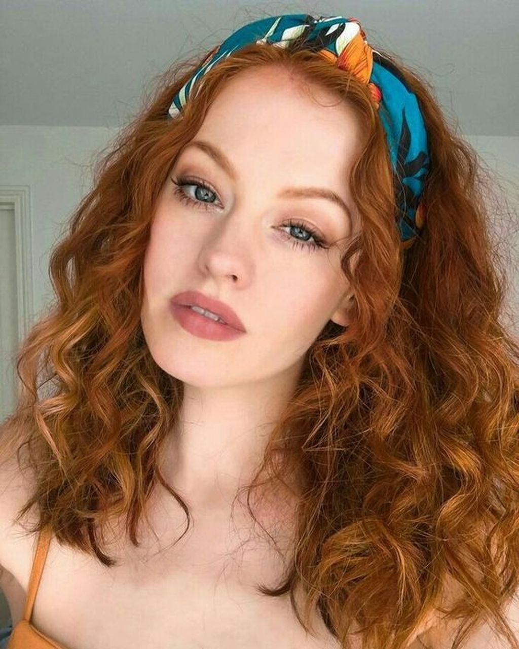 Brünette Lockiges Teen Haar Tending Curly