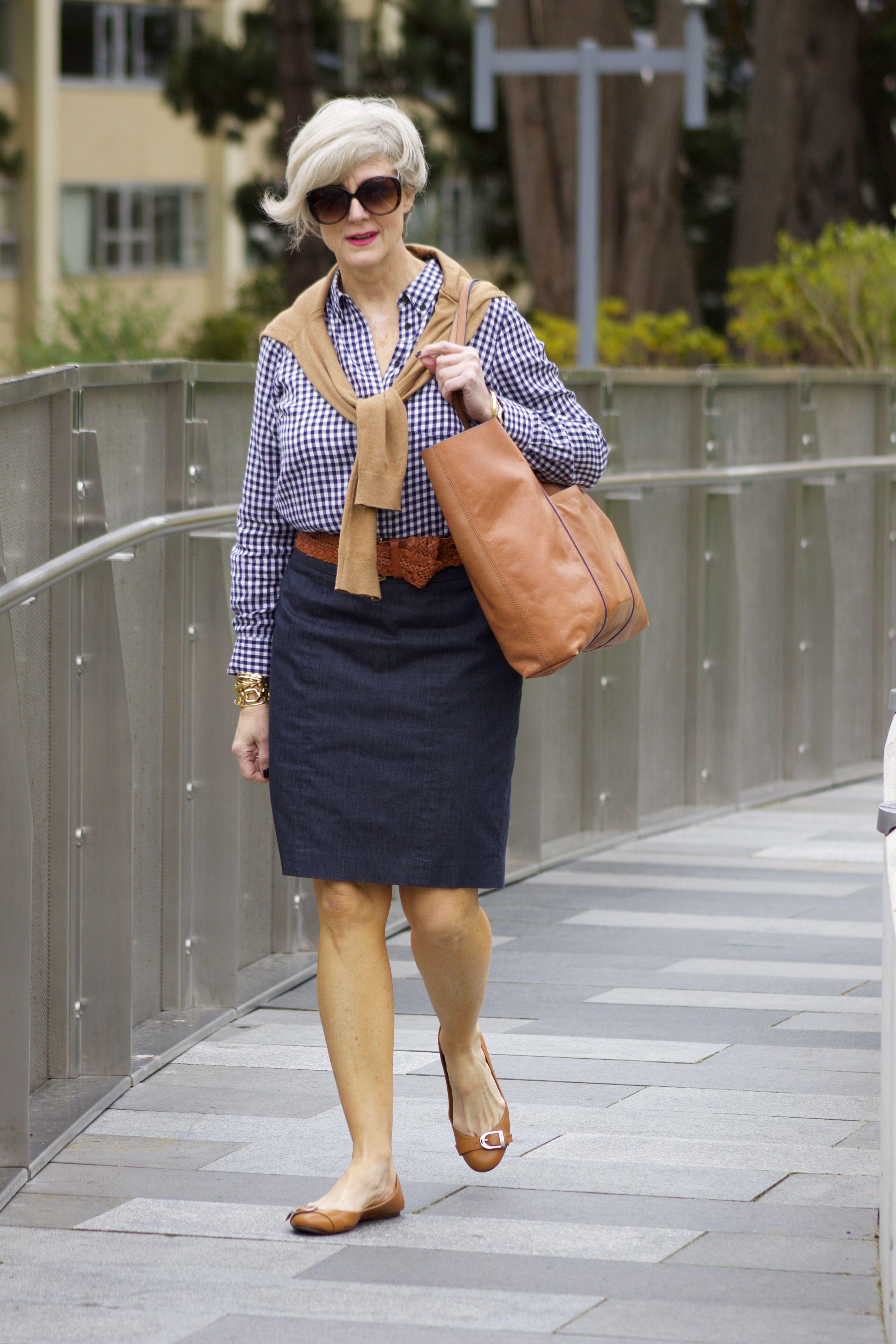 Jolie femme mature de 60 ans. Senior lady parfaite en robe grise