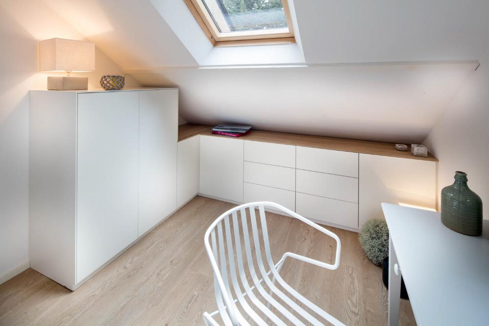 Chambre lumineuse sous les toits -Compagnie des Ateliers   Meuble sous pente, Meuble chambre ...