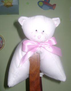 Oso almohada para bebé      Suave y tierno..............    Este  oso almohada se empieza con un cuadrado de 40 cm X 40 cm de tela plush ( ...