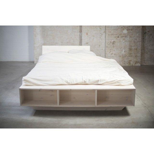 das weiße massivholzbett luke besticht durch sein design und ... - Bett Regal Stauraum Ablage
