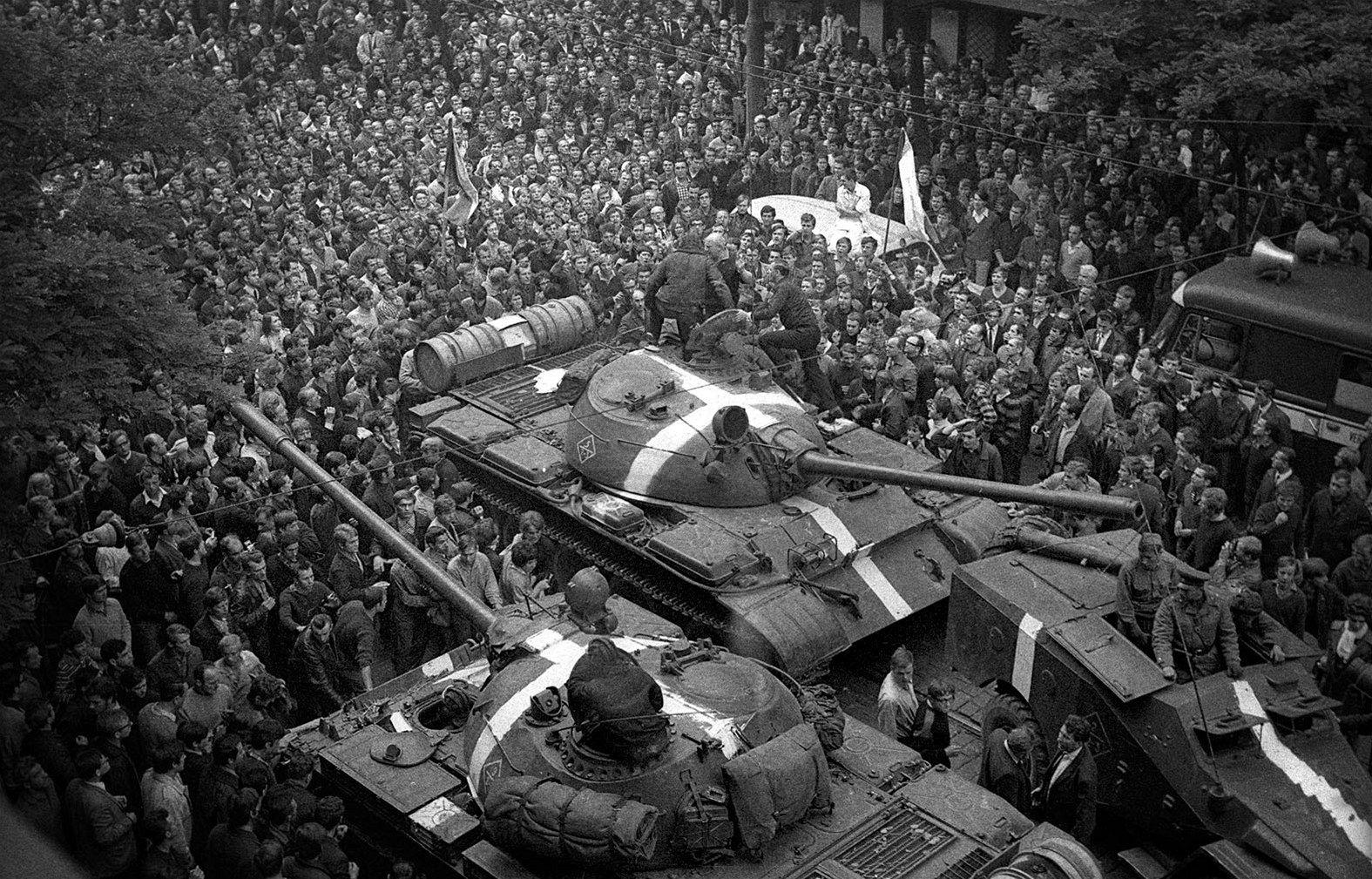 """Vedení republiky vyzvalo obyvatele, aby """"nekladli odpor."""" """"Obrana je nemožná,"""" konstatovali představitelé státu. Až na několik odvážných lidí, kteří na tanky házeli zápalné lahve, se tím všichni řídili."""