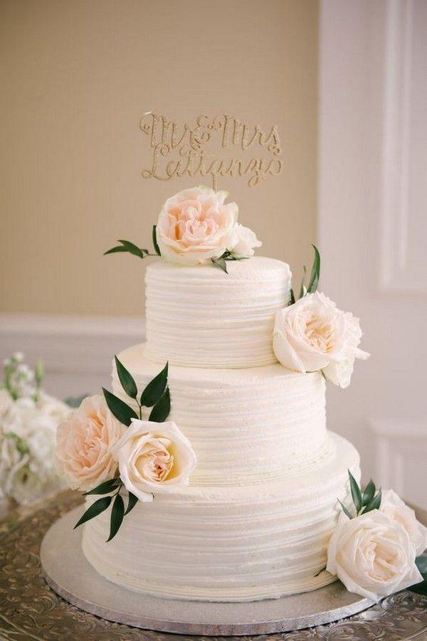 Photo of einfache elegante Hochzeitstorte mit neutralen Blüten ChicCh…