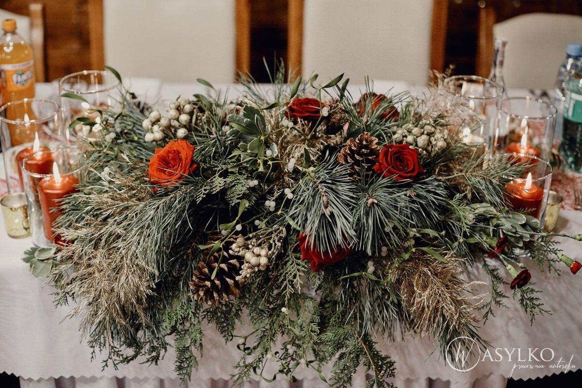 Stol Mlodych Girlanda Z Galezi Kompozycja Na Stol Weselne Dekoracje Kwiaty I Galezie Roze Szyszki Klim Table Decorations Christmas Wreaths Holiday Decor
